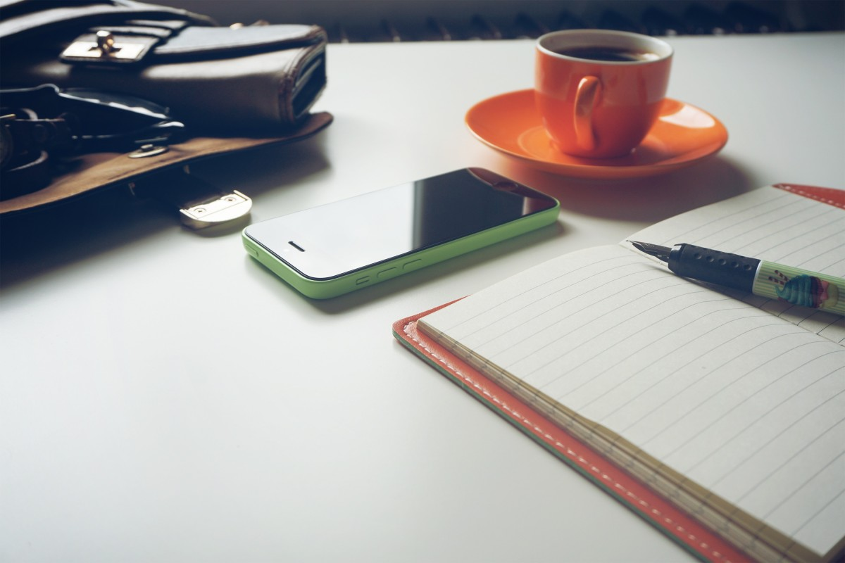 Caffè, smartphone e appunti